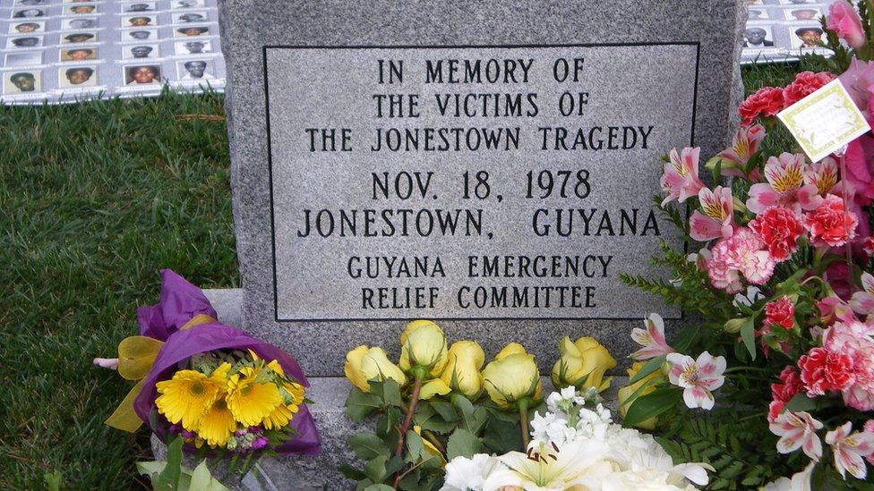 Placa conmemorativa en el cementerio de Evergreen, en Oakland, California.