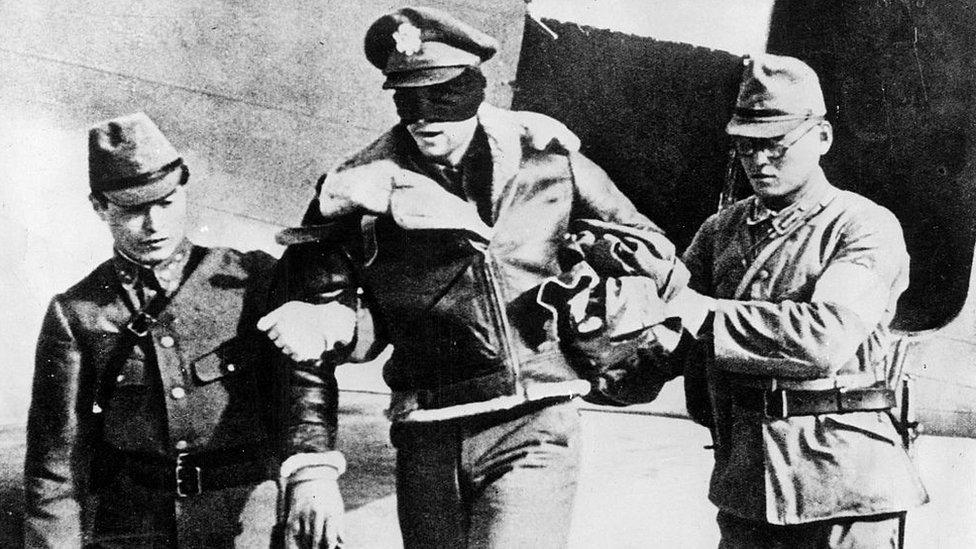 Captura de un soldado estadounidense por soldados japoneses