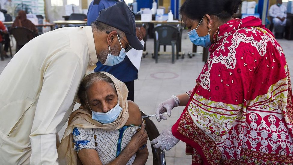 Una mujer recibe una dosis de la vacuna china Sinopharm en Pakistán.