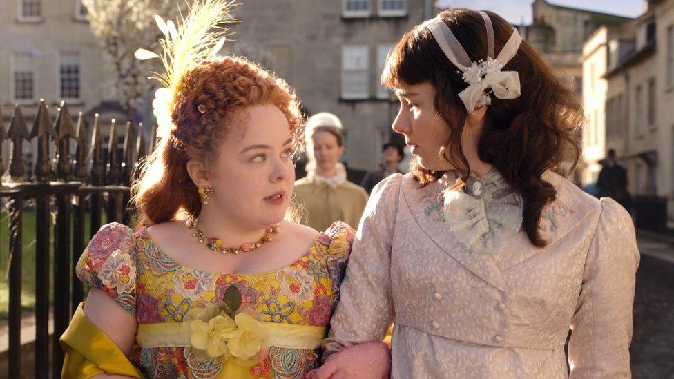 Nicola Coughlan (izquierda) as Penelope Featherington, y Claudia Jessie es Eloise Bridgerton