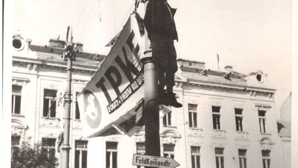 Poziv na konjičke trke na na banderi na kojoj se nalazio jedan od pripadnika pokreta otpora
