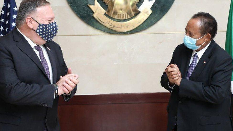 El secretario de Estado de los Estados Unidos, Mike Pompeo, se reúne con el primer ministro sudanés, Abdalla Hamdok, el 25 de agosto de 2020 en Jartum, Sudán.