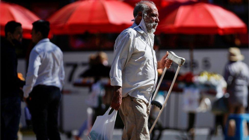 Homem caminha sem máscara em Ceilândia