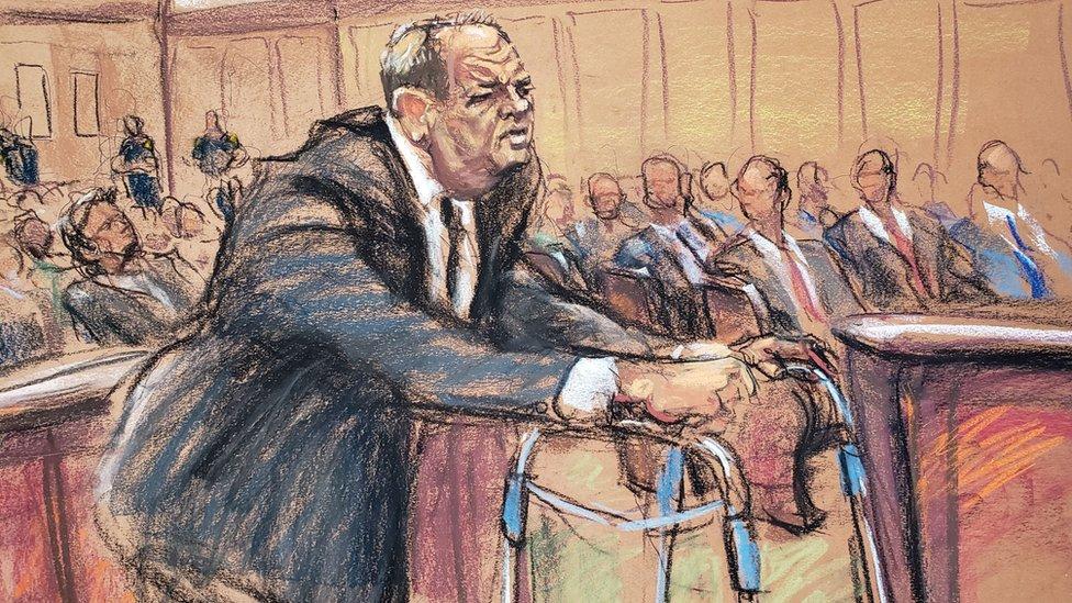 Ilustración de la comparecencia de Harvey Weinstein ante el tribunal de Manhattan