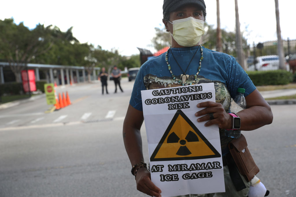 Una persona protesta frente a un centro de detención en Florida