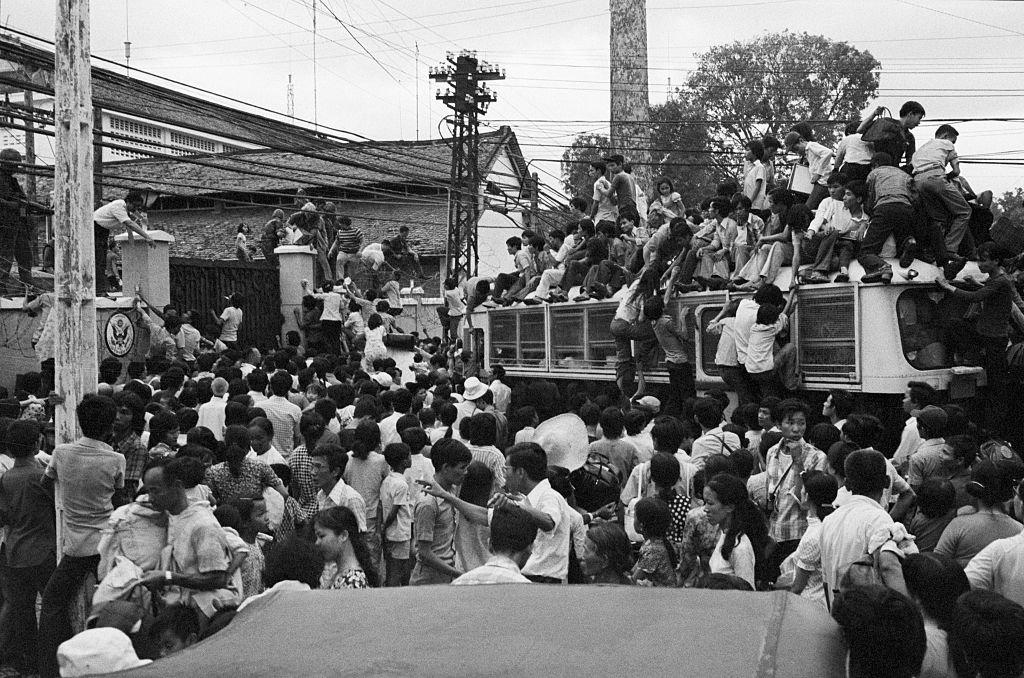Civiles vietnamitas intentan subir a un autobús para ser transportados a la embajada de Estados Unidos para una posible evacuación. 30 de abril de 1975