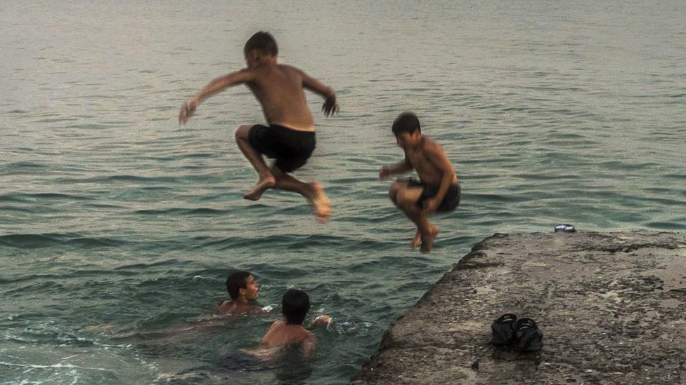 Grupa mladića pliva u Crnom moru u Abhaziji