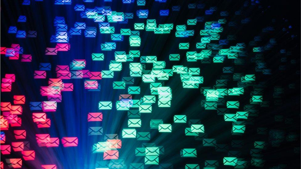 Íconos de correo electrónico en un montaje fotográfico.