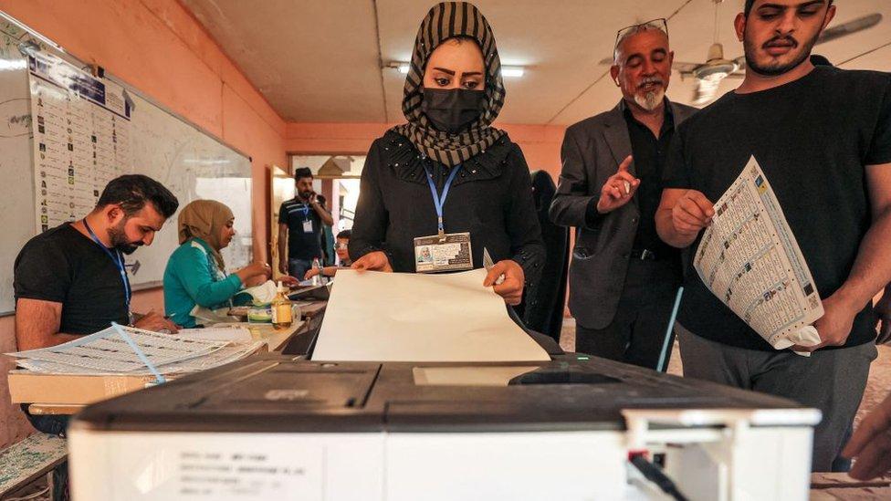 امرأة تدلي بصوتها في مركز اقتراع في بغداد
