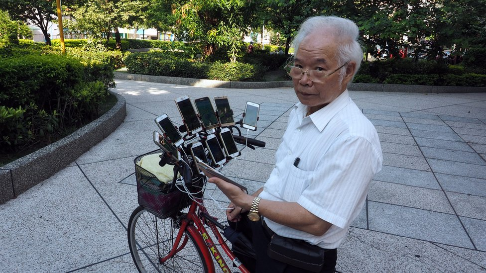 Chen San-yuan playing Pokemon Go