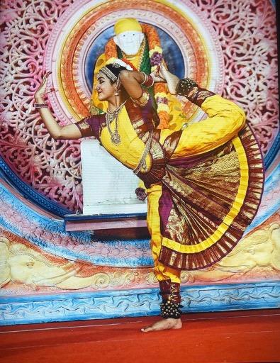 Anika Chebrolu praticando Bharatanatyam
