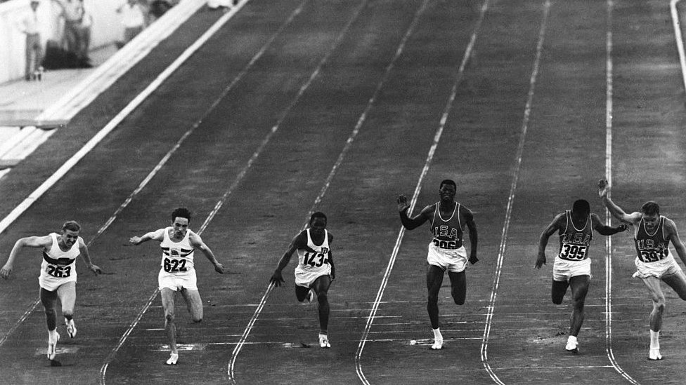 Los velocistas corriendo una carrera de 100 metros en los Juegos Olímpicos de Roma de 1960.
