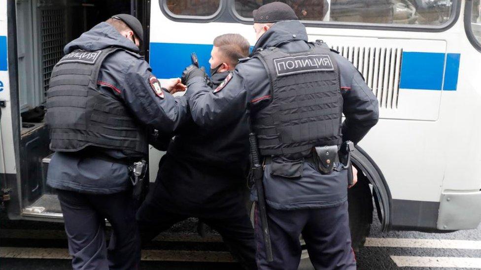 У посольства Франции в Москве разогнали протестующих мусульман