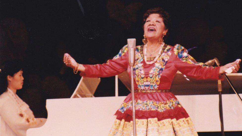 Pastorita Huaracina cantando en Corea del Norte.