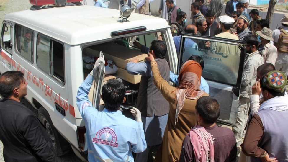 نقل جثة أحد القتلى بعد انفجار الأمس