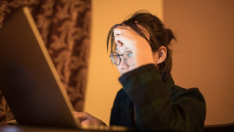 سيدة تعمل على حاسب