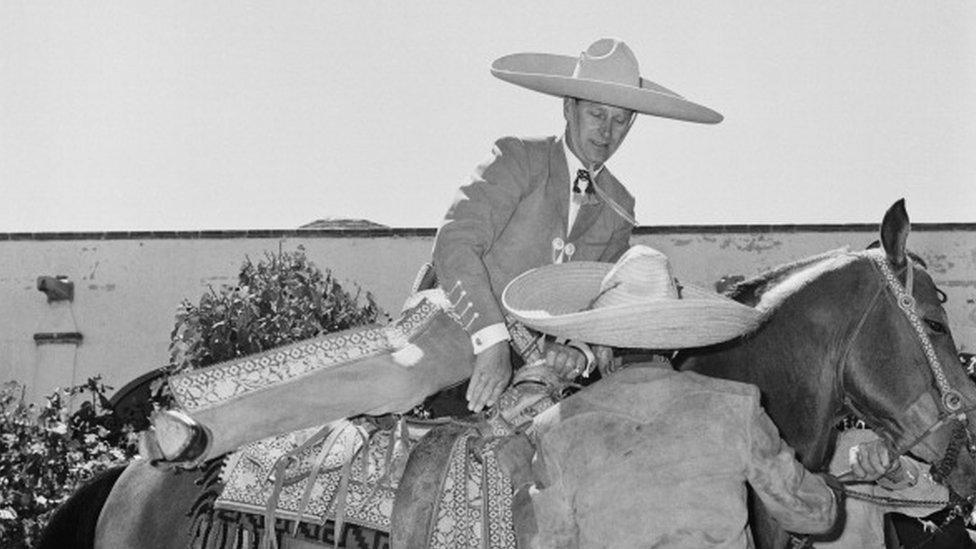 الأمير فيليب، دوق إدنبرة يرتدي زي كاباييرو خلال زيارة للمكسيك ، أكتوبر/تشرين الأول 1964.