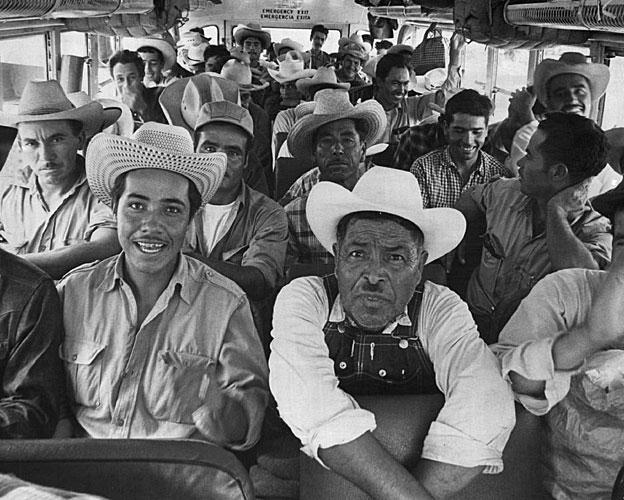 Un autobús lleno de braceros