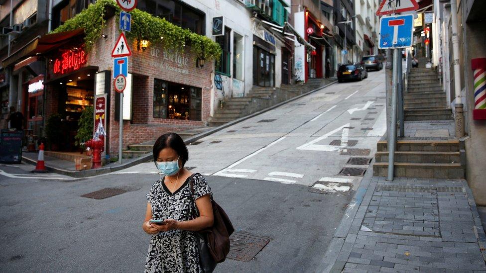 香港中環半山住宅與餐館區一位女士戴著口罩走過冷清的街道(22/7/2020)