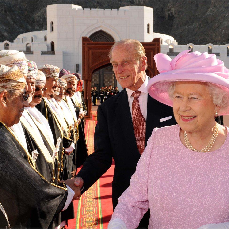 """لقاء الملكة إليزابيث الثانية والأمير فيليب دوق إدنبره مع كبار الشخصيات عند زيارتهم ل """"قصر العالم"""" في عاصمة عمان مسقط في 26 نوفمبر/تشرين الثاني 2010"""