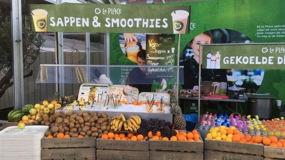 Una tienda exhibe alimentos en Ámsterdam