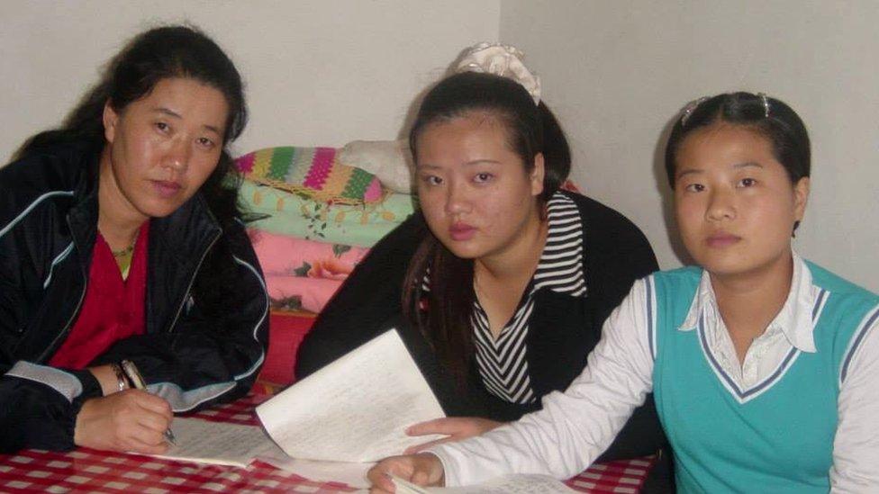 Grace Jo (a la derecha), su madre (izquierda) y su hermana mayor vivían en China en 2004.