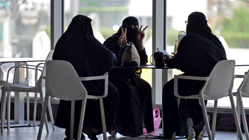 ثلاث سيدات في مركز للتسوق بالعاصمة السعودية الرياض في يونيو/حزيران 2020