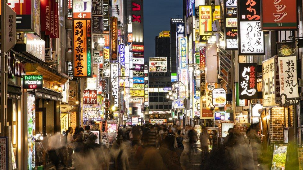 Calle en el distrito Shinjuku de Tokio.