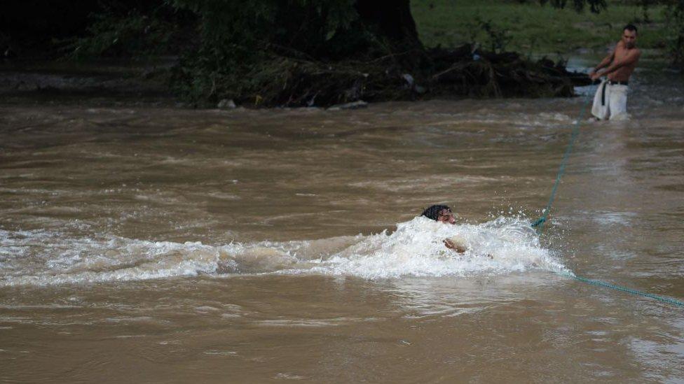 Joven cruzando el río Goascorán