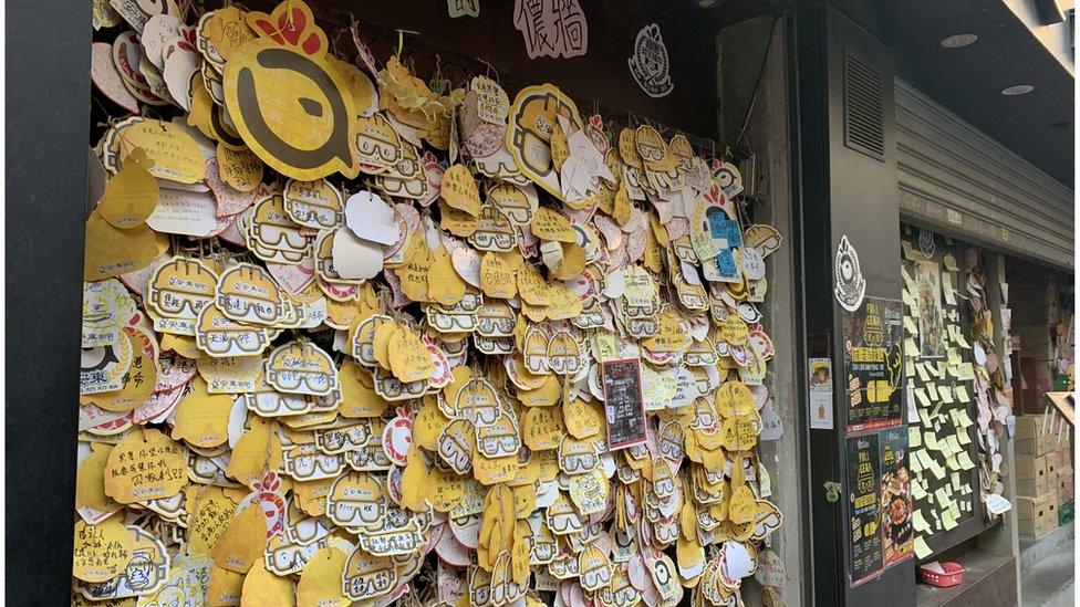 """許多香港食肆門外設置""""連儂牆""""。"""