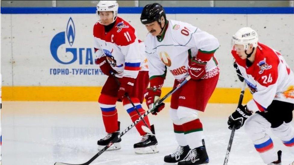 今年二月盧卡申科和普京在索契打冰球。在普京眼中,盧卡申科是個出而反而的盟友