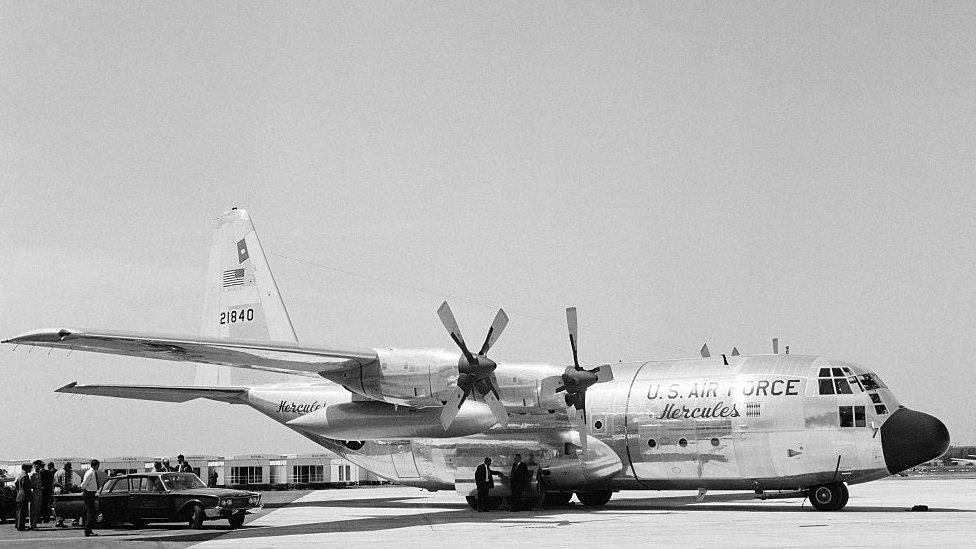 Presentación del avión Hércules C130 producido por Lockheed, en el show aeronáutico de Paris, en el aeropuerto Le Bourget en mayo de 1963.