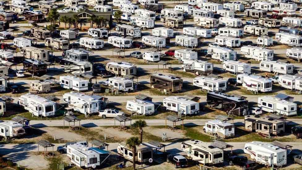 Vista aérea de un campamento de autocaravanas