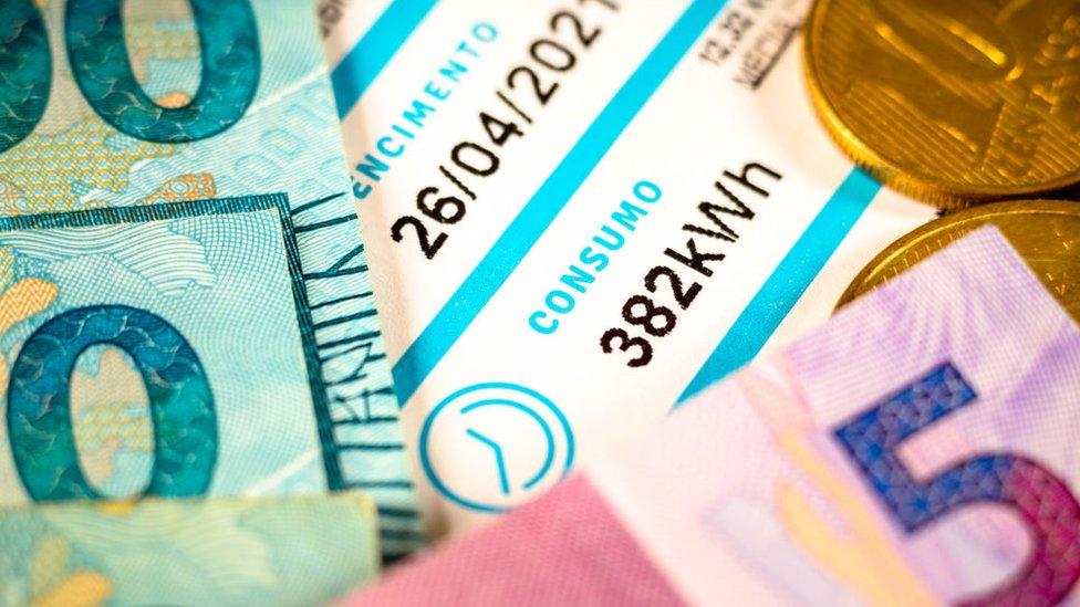 Billetes y factura de electricidad en Brasil