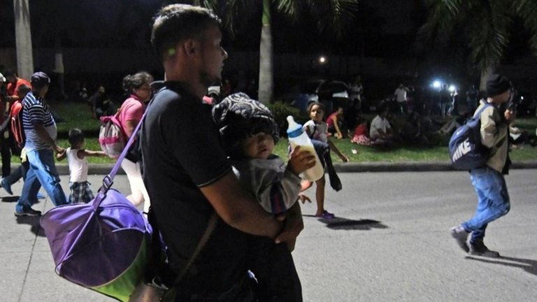 Migrant caravan: Hundreds of Hondurans set off on new trek
