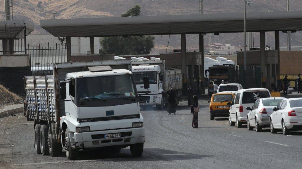 File photo showing lorries waiting in line to pass through the Habur border gate near Silopi, Turkey (25 September 2017)