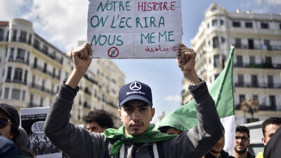الشارع الجزائري يبدو غير قانع بما يقدمه النظام من تنازلات
