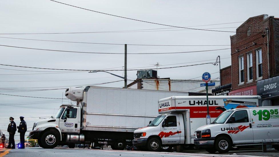 Camiones llenos de cadáveres en Nueva York.