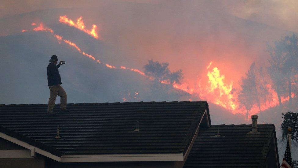 加利福尼亞州奇諾崗州立公園一名男子從大宅屋頂眺望迫近己方的叢林大火(27/10/2020)