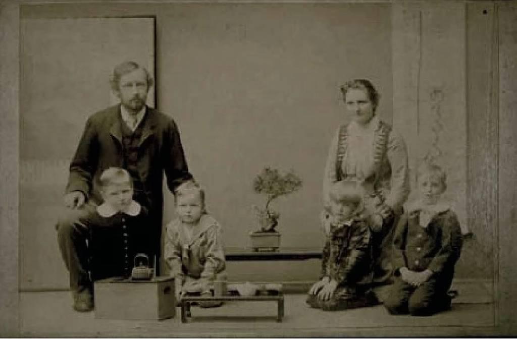 Hinton con su familia en Japón.