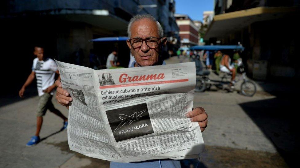Hombre leyendo el Granma