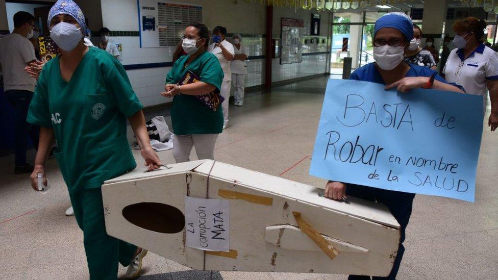 Protesta de personal médico contra la gestión de la pandemia en Paraguay.