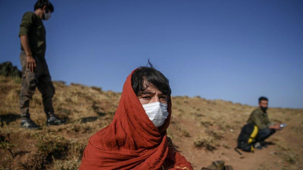 Bitlis'in Tatvan ilçesinde, yolda dinlenen bir Afgan göçmen