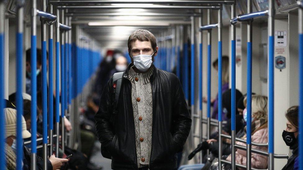 Hombre con mascarilla dentro de un vagón del metro de Moscú.