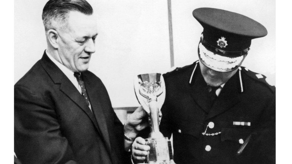 اثنان من شرطة العاصمة البريطانية لندن يظهران كأس العالم أمام الصحفيين بعدما عثر عليها الكلب بيكلز