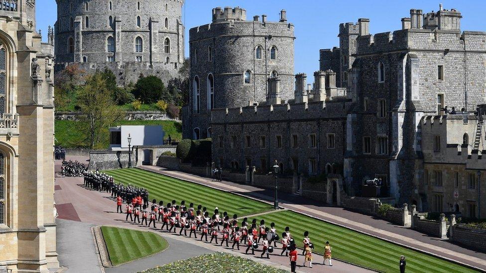 Bandas militares caminan en los terrenos del Castillo de Windsor en el funeral del príncipe Felipe.