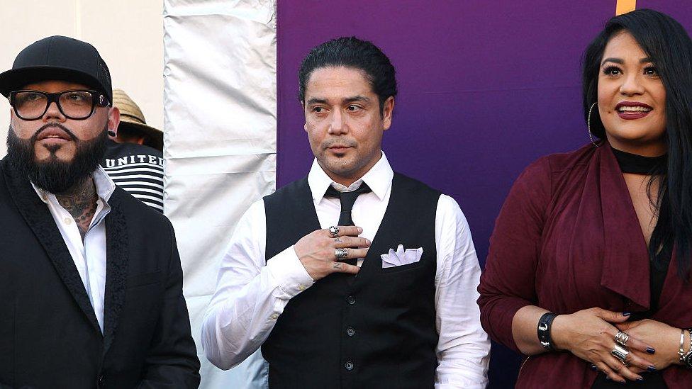 Chris Pérez (centro), viudo de Selena, fue demandado por el padre de la cantante en 2016.