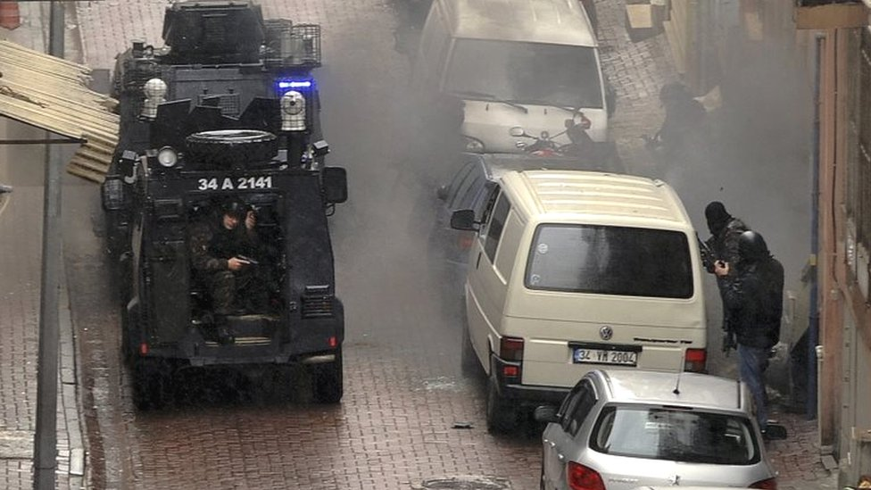 Security forces fire during an operation against the two attackers in Istanbul (03 March 2016)