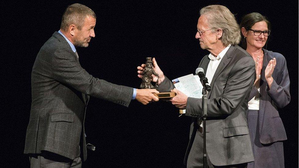 Peter Handke recogiendo un premio en 2014