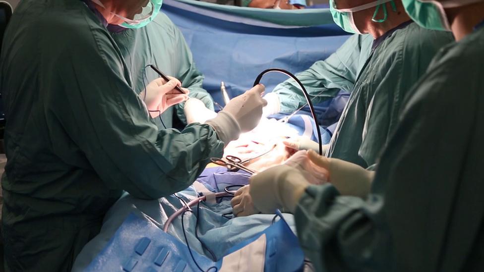 Médicos Vall d'Hebron operando.